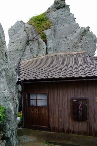 岩から生える小屋