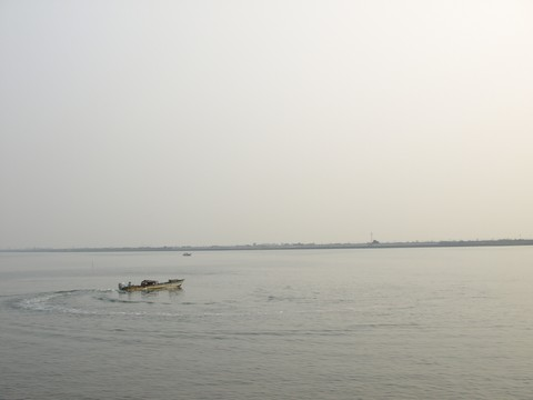 木曽川と船