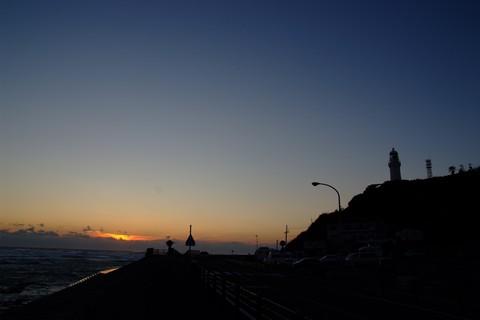灯台に沈む夕日